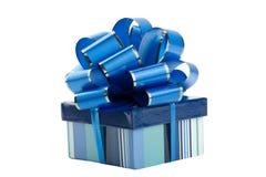 Rectángulo de regalo azul con el arqueamiento aislado Foto de archivo libre de regalías