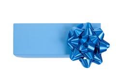 Rectángulo de regalo azul con un arqueamiento del abrigo aislado Imagenes de archivo