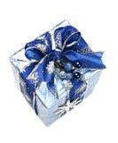 Rectángulo de regalo azul de la Navidad con la cinta y el ornamento Imagenes de archivo