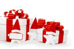 Rectángulo de regalo blanco con el arqueamiento rojo de la cinta Imagen de archivo libre de regalías