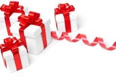 Rectángulo de regalo blanco con el arqueamiento rojo de la cinta Imágenes de archivo libres de regalías