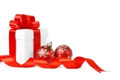 Rectángulo de regalo blanco con el arqueamiento rojo de la cinta Foto de archivo