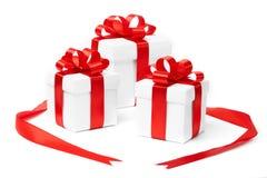 Rectángulo de regalo blanco con el arqueamiento rojo de la cinta Imagenes de archivo