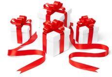 Rectángulo de regalo blanco con el arqueamiento rojo de la cinta Fotos de archivo libres de regalías