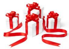 Rectángulo de regalo blanco con el arqueamiento rojo de la cinta Foto de archivo libre de regalías