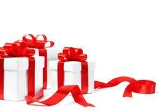Rectángulo de regalo blanco con el arqueamiento rojo de la cinta Fotografía de archivo