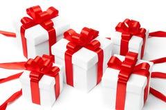 Rectángulo de regalo blanco con el arqueamiento rojo de la cinta Imagen de archivo