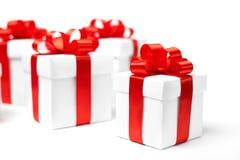 Rectángulo de regalo blanco con el arqueamiento rojo de la cinta Fotografía de archivo libre de regalías