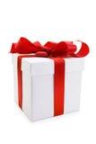 Rectángulo de regalo blanco con el arqueamiento rojo de la cinta del satén Foto de archivo libre de regalías