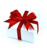 Rectángulo de regalo blanco con la cinta roja Fotografía de archivo libre de regalías