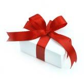 Rectángulo de regalo blanco con la cinta roja Foto de archivo