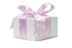 Rectángulo de regalo blanco con la cinta rosada del arqueamiento Imagen de archivo
