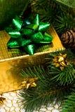 Rectángulo de regalo con el árbol de navidad Foto de archivo