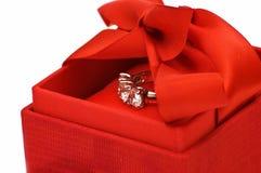 Rectángulo de regalo con el anillo Imagen de archivo
