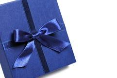 Rectángulo de regalo con el arqueamiento azul del día de fiesta Imagenes de archivo