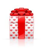 Rectángulo de regalo con el arqueamiento y el corazón rojos Imagen de archivo