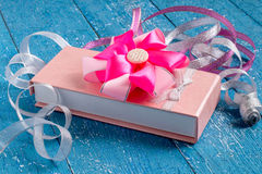 Rectángulo de regalo con el arqueamiento y las cintas fotografía de archivo libre de regalías