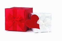 Rectángulo de regalo con el corazón rojo aislado en blanco Fotografía de archivo