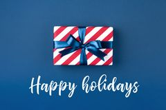 Rectángulo de regalo con la cinta azul Foto de archivo