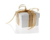 Rectángulo de regalo con la cinta de oro Imagen de archivo libre de regalías