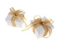 Rectángulo de regalo con la cinta de oro Imágenes de archivo libres de regalías