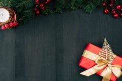 Rectángulo de regalo con la cinta de oro Imagen de archivo