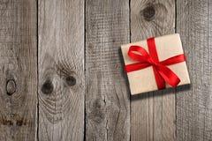Rectángulo de regalo con la cinta roja Fotos de archivo