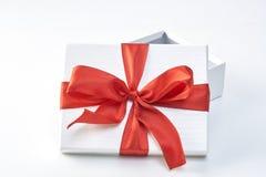 Rectángulo de regalo con la cinta roja foto de archivo libre de regalías