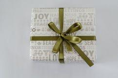 Rectángulo de regalo con la cinta verde imágenes de archivo libres de regalías