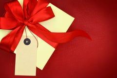 Rectángulo de regalo con la etiqueta en blanco Fotografía de archivo libre de regalías
