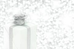 Rectángulo de regalo con la flor de la cinta Imagen de archivo libre de regalías