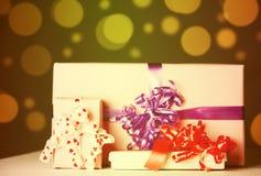 Rectángulo de regalo con las bolas de la Navidad Foto de archivo libre de regalías
