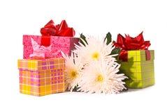 Rectángulo de regalo con las flores Fotografía de archivo