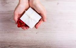 Rectángulo de regalo con las flores Fotos de archivo libres de regalías