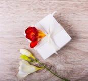 Rectángulo de regalo con las flores Fotos de archivo