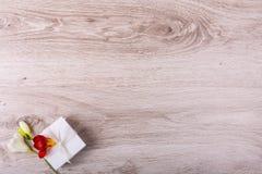 Rectángulo de regalo con las flores Foto de archivo