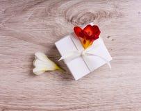 Rectángulo de regalo con las flores Imagen de archivo libre de regalías