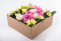 Rectángulo de regalo con las flores imágenes de archivo libres de regalías