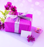 Rectángulo de regalo con las flores rosadas Imagen de archivo