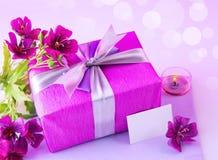 Rectángulo de regalo con las flores rosadas Imágenes de archivo libres de regalías