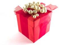Rectángulo de regalo con las perlas Imagenes de archivo