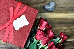 Rectángulo de regalo con las rosas rojas Foto de archivo libre de regalías
