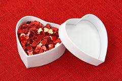 Rectángulo de regalo con los corazones rojos Imagen de archivo