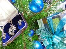 Rectángulo de regalo con un collar en un árbol del Año Nuevo Fotos de archivo