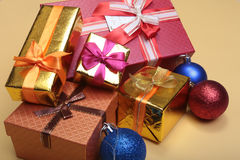 Rectángulo de regalo de la Navidad con la decoración Año Nuevo Fotos de archivo