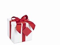 Rectángulo de regalo de la Navidad con la etiqueta roja fotografía de archivo