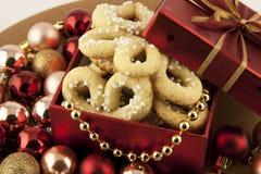 Rectángulo de regalo de la Navidad con las galletas Imagen de archivo