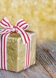 Rectángulo de regalo de la Navidad con una cinta roja Imagen de archivo libre de regalías