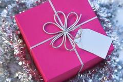 Rectángulo de regalo de la Navidad (cuadrado) con el arqueamiento y la etiqueta Imagenes de archivo