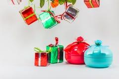 Rectángulo de regalo de la Navidad en el fondo blanco Foto de archivo